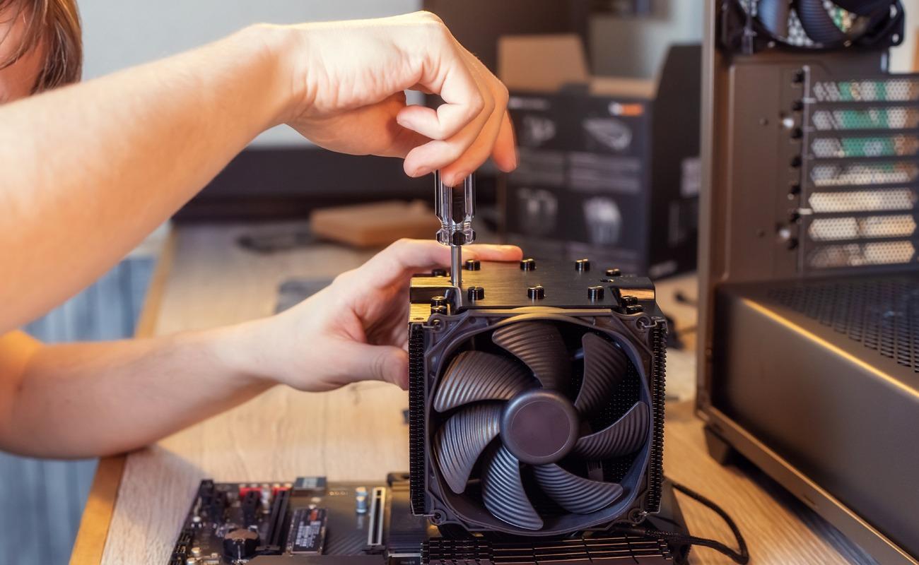 nstallation d'un refroidisseur sur un processeur d'ordinateur d'un technicien maintenance informatique dans une entreprise