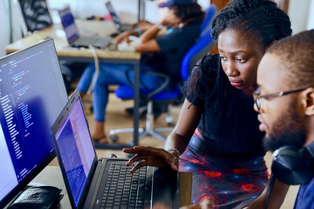 2 jeunes ingénieurs en informatique en train de travailler
