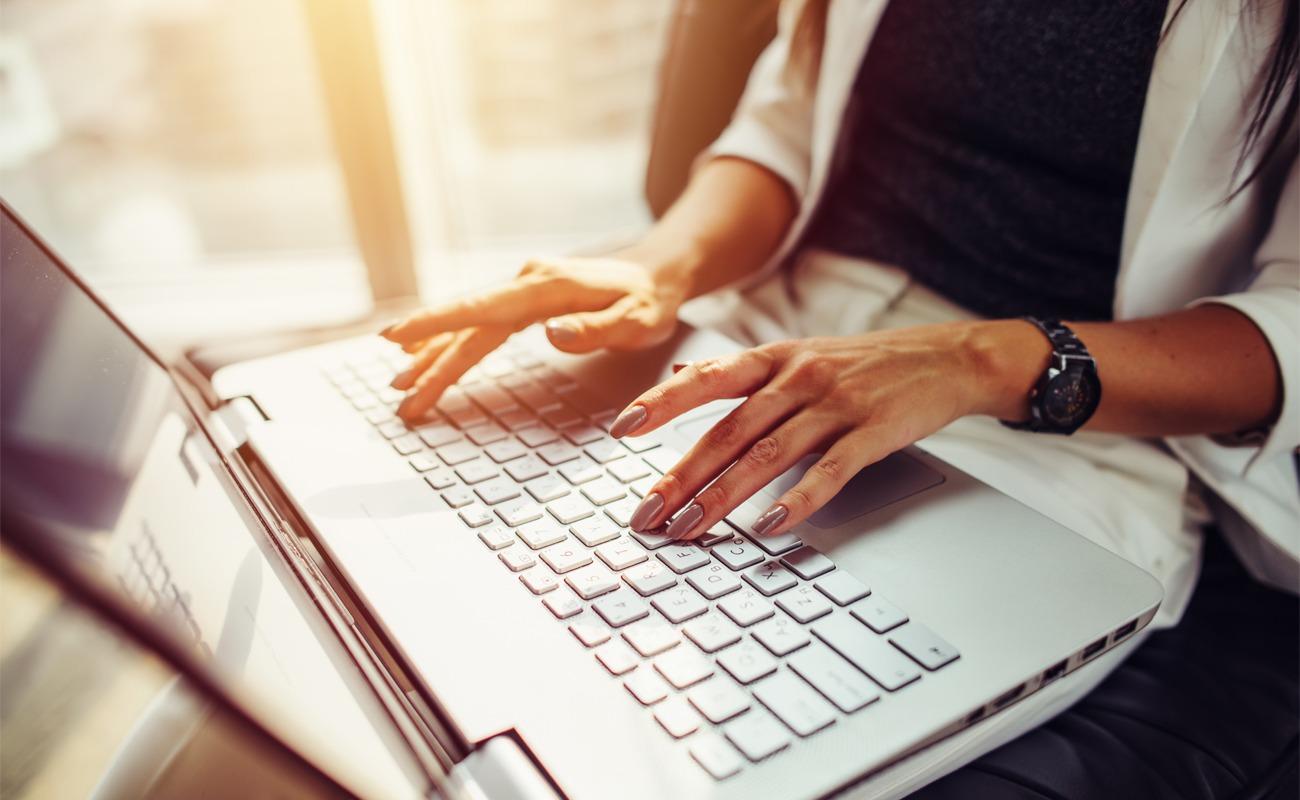 Femme Travaillant Sur Ordinateur Portable en freelance