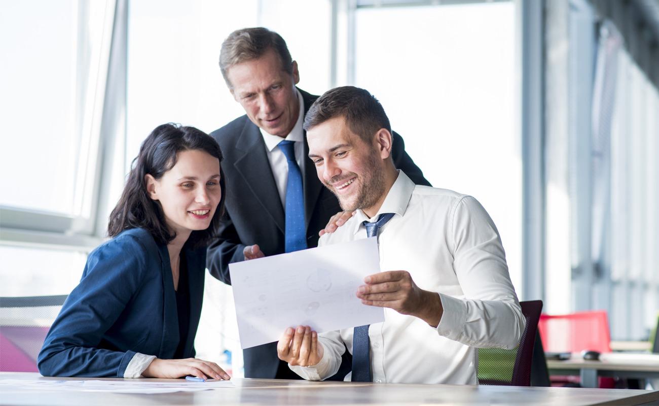 Groupe de gens d'affaires regardant le plan de la page carrière