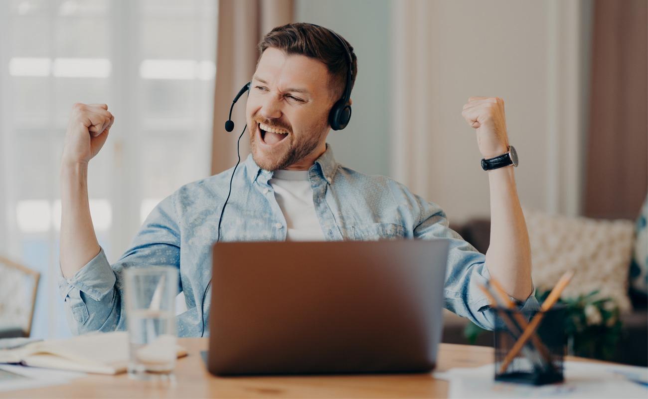 célébrant le succès après une importante réunion en ligne ou Homme un entretien d'embauche